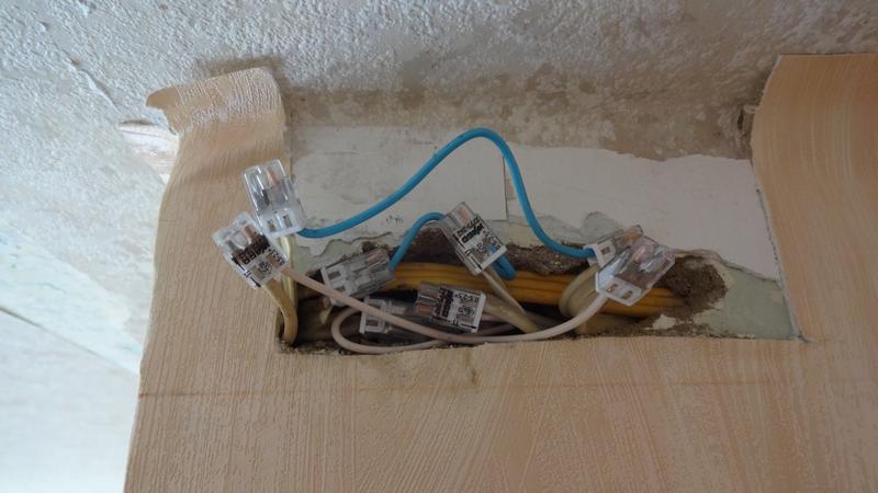 При сверлении стены попали в электропроводку